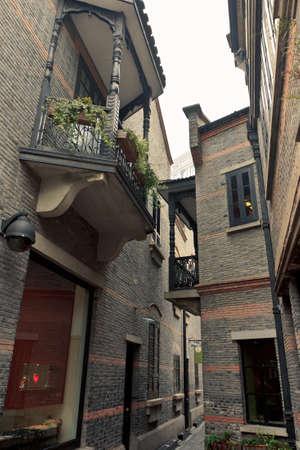 Hinter den alten Ziegel Wohnungen, die Shanghai ähnelt der frühen 40er und 50er Jahre sind Kneipen und Cafés mit modern fit bei highend lokale und westliche Verbraucher. Standard-Bild