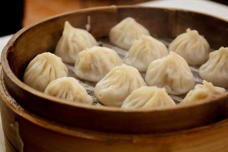 Bekannt, den Einheimischen als xiao long bao, dh Suppe Knödel, wird es mit einer kreisförmigen Grundfläche und kniff an der Spitze vor dem dampfenden gemacht