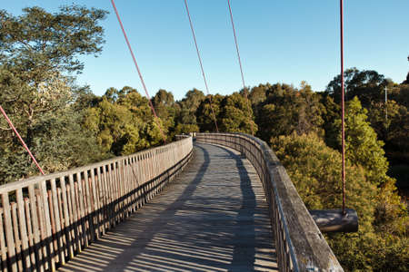 Winding Fußgängerbrücke über den Park bei Sonnenuntergang Standard-Bild - 12927201