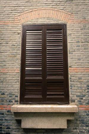 Close up Schuss von einem Holz-Fenster auf der Außenseite eines alten Backsteinbau Standard-Bild