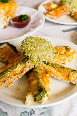 frische Hähnchen, Käse und Spargel Gebäck Finger mit Luzerne spourts obenauf Standard-Bild