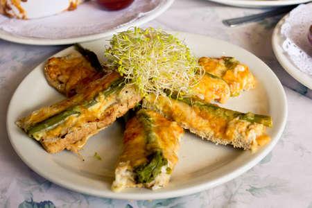 frisches Huhn, Käse und Spargel Gebäck Finger mit Luzerne spourts auf Spitze gesetzt