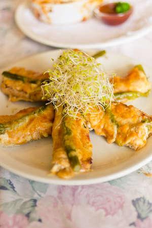 Frisches Huhn, Käse und Spargel Gebäck Finger mit Luzerne spourts auf Spitze gesetzt Standard-Bild - 13007681
