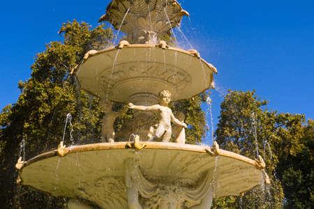Große Multi-Tier-Brunnen mit Wasser spritzt und fließt nach unten die Skulptur Fassade Standard-Bild - 13190810