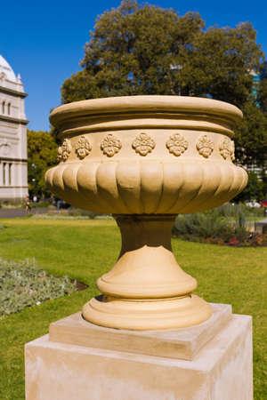 Keramik-Dekor mit Schnitzereien Blume in einem Garten im Freien Standard-Bild