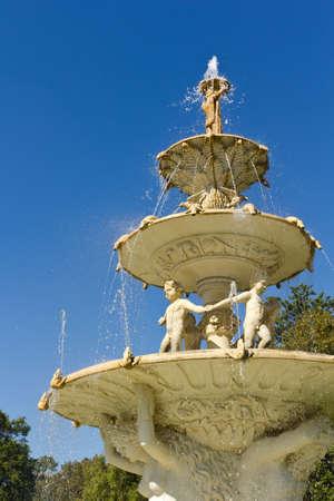 große Multi-Tier-Brunnen mit Wasser spritzt und fließt nach unten die Skulptur Fassade Standard-Bild