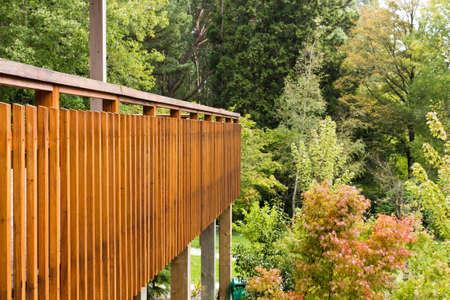 Holzzäune von Outdoor-Terrasse mit Blick auf eine Menge von Bäumen und Pflanzen an einem Herbsttag Standard-Bild - 13296069