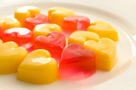 Teller mit herzförmigen Gelee in rot und gelb