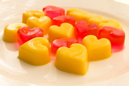 Teller mit herzförmigen Gelee in rot und gelb Standard-Bild - 13565114