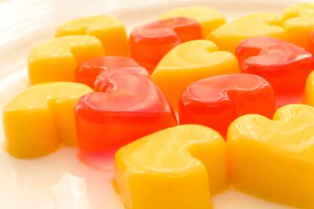Teller mit herzförmigen Gelee in rot und gelb Standard-Bild - 13565133