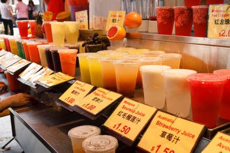 Vielzahl von unterschiedlichen Geschmack und Farbe Fruchtsaft beim Einkauf an der Straße Markt