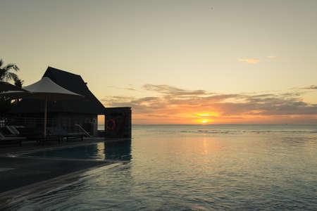 Inifinity Pool mit Blick auf das Meer bei Sonnenuntergang Standard-Bild - 35724759