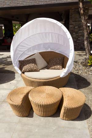 Ecksofa Stuhl aus Bambus mit weißen Zelt Abdeckung auf Außenterrasse gemacht Standard-Bild - 20294493