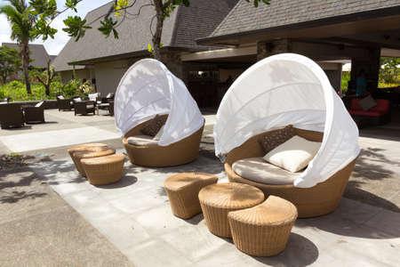 Zwei runde Sofastuhl, hergestellt aus Bambus mit weißen Zelt Abdeckung auf Terrasse