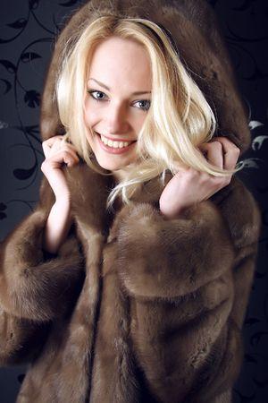 bontjas: Smiling Winter Woman. Foto. Stockfoto