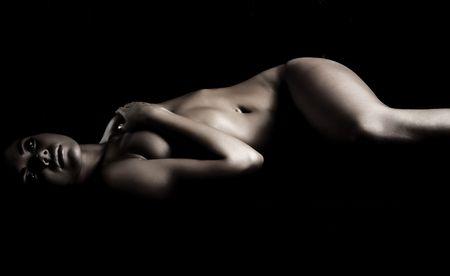 modelle nude: sognare ragazza nuda in ombre scure. Foto.