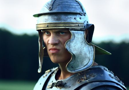 cascos romanos: soldados romanos agresivos. Cara de Close-up