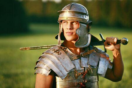 romano: Valiente soldado romano en el campo. Foto de archivo