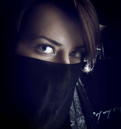 Mirando retrato de mujer cubierto por el velo negro Foto de archivo