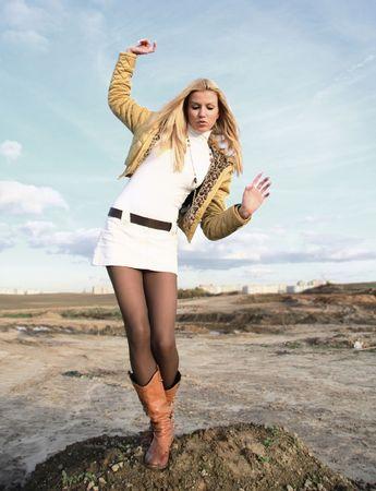 falda corta: chica en minifalda equilibrio sobre un pie