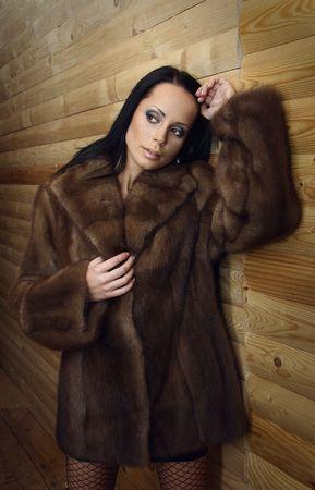 bontjas: Mooie brunette vrouw droeg een bontjas.