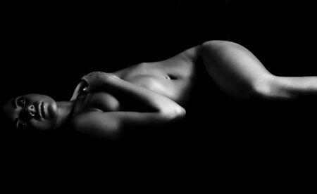 sognare ragazza nuda in ombre scure. Archivio Fotografico - 5767541