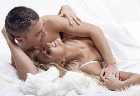 parejas enamoradas: Hermosa joven pareja en el dormitorio