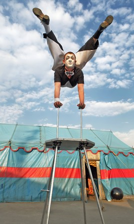 Acrobat de circo con un cuerpo de plástico ejecuta sus trucos
