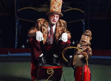 animales de circo: Payaso de circo con un mono