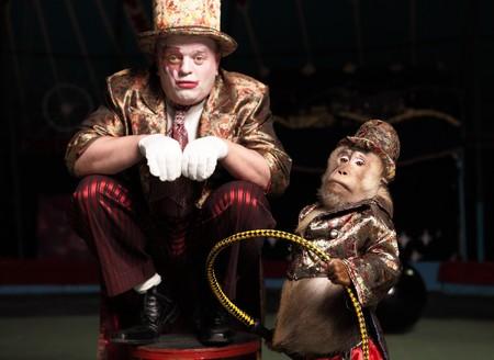 clown cirque: Cirque clown avec un singe.  Banque d'images