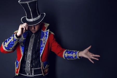 mago: Hombre con traje caro de prestidigitador ilusionista.  Foto de archivo