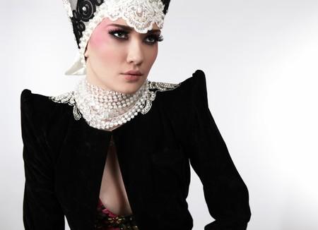 Modelo atractivo en ropa de diseño exclusivo de modales slavic viejo.  Foto de archivo - 7549181