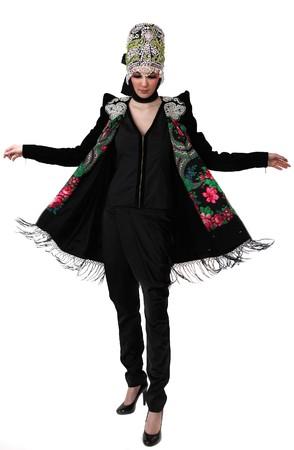 Modelo atractivo en ropa de dise�o exclusivo de modales slavic viejo. Fondo aislado.  Foto de archivo - 7549189