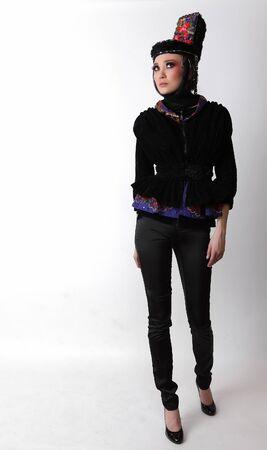 Modelo atractivo en ropa de dise�o exclusivo de modales slavic viejo. Foto.  Foto de archivo - 7549183