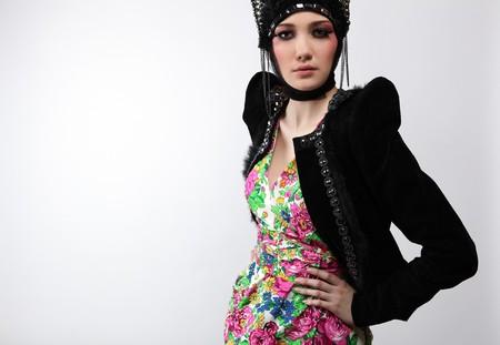 Modelo atractivo en ropa de diseño exclusivo de modales slavic viejo.  Foto de archivo - 7549196