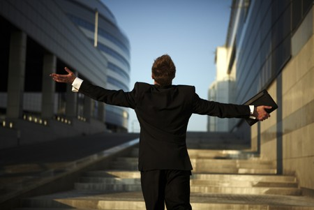 exitacion: Libertad - hombre de negocios - brazos extendidos  Foto de archivo