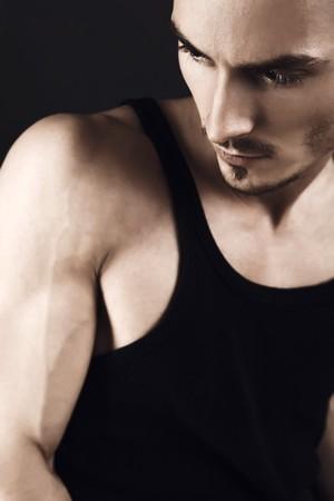 hombres sin camisa: Hombre de moda joven muscular con brazos fuertes.  Foto de archivo