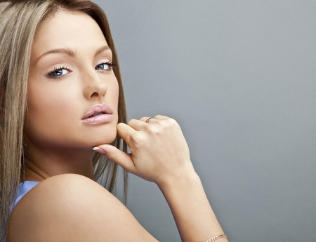caras emociones: Cara Hermosa mujer joven Close-up retrato de estudio con el copia-espacio