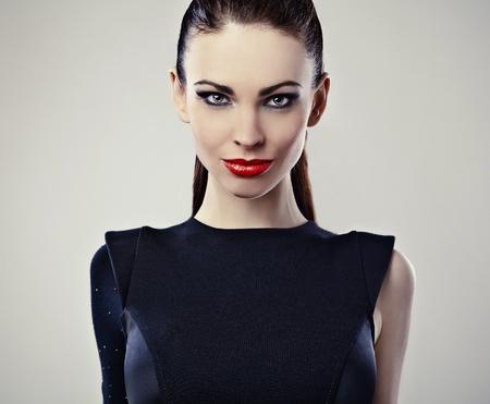 labios rojos: Joven mujer perfecta con los labios rojos