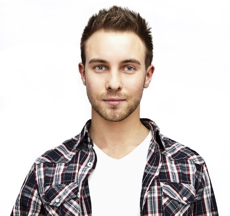 viso uomo: Attraente uomo bello positivo - vicino ritratto su sfondo bianco grigio