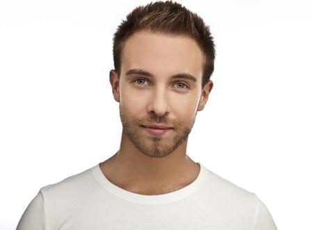 Homme séduisant portaient des T-shirt près portrait sur fond blanc