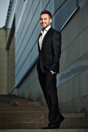 Portrait d'un homme d'affaires gaie jeune