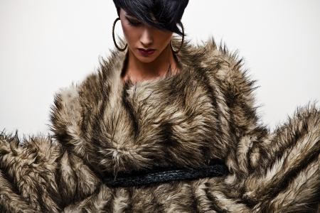 Élégante femme à la mode en fourrure Mode photo