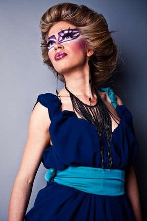 Bella faccia femmina giovane con la moda luminoso multicolore il make-up