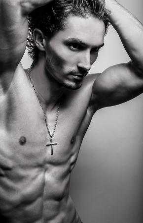 desnudo masculino: Hermosa y salud atl�tico cauc�sico musculoso joven Negro-blanco foto