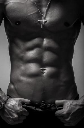 Beauté des hommes torse nu corps isolé sur fond noir Banque d'images