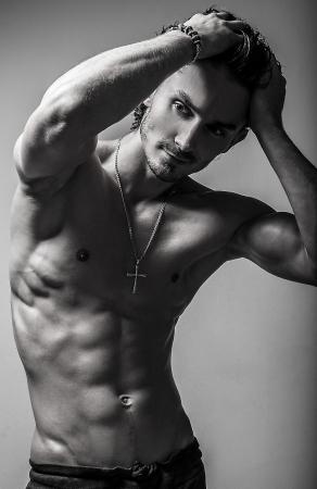 nude boy: Sch�ne und Gesundheit sportliche caucasian muskul�ser junger Mann Schwarz-Wei�-Foto