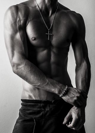 Belle et athlétique caucasien santé musculaire jeune homme noir-blanc photo
