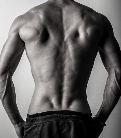 uomo nudo: Indietro di Bella e la salute atletico caucasico uomo muscoloso giovane nero foto in bianco