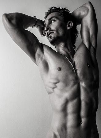 homme nu: Belle et athlétique caucasien santé musculaire jeune homme noir-blanc photo